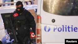 Polisi khusus Belgia saat melakukan penggerebekan di pusat kota Brussels, Belgia (20/12). Polisi Belgia berhasil menangkap tersangkap ke-9 serangan Paris.