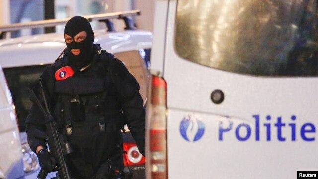 Lực lượng đặc biệt cảnh sát Bỉ tuần tra đường phố trong một cuộc đột kích của cảnh sát ở trung tâm Brussels, Bỉ, ngày 20/12/2015.