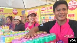 A stall for selling aroma diffusers for home and vehicle use. (Hul Reaksmey/VOA Khmer)