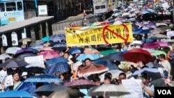 烈日當空下,9萬香港人參加729反洗腦國民教育大遊行