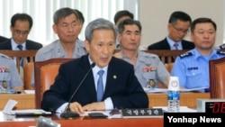 김관진 한국 국방부 장관이 3일 민주당 의원들이 불참한 가운데 열린 국회 국방위 전체회의에서 새누리당 의원들의 질의에 답하고 있다.
