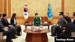 박근혜 한국 대통령이 13일 청와대에서 아태뉴스통신사기구(OANA) 대표들과 공동 인터뷰하고 있다.