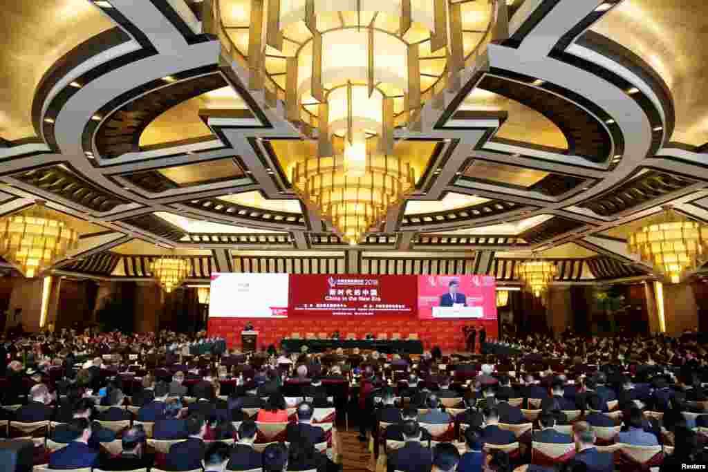 """中国国家发展和改革委员会主任何立峰2018年3月25日在北京钓鱼台国宾馆举行的中国发展高层论坛(CDF)年会上发表讲话。中国官方主办的""""中国发展高层论坛2018年会"""" 3月24-26日在北京钓鱼台国宾馆举行。本届论坛虽然以""""新时代的中国""""为主题,但是在美中爆发贸易冲突的紧张气氛下,公平对等的贸易待遇等议题尤为引人关注。"""