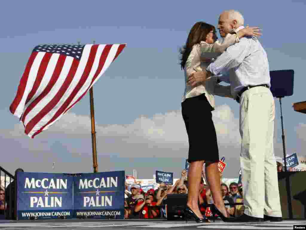 سینیٹر مکین دوسری بار 2008ء کے صدارتی الیکشن میں میدان میں اترے تھے اور اس بار ری پبلکن پارٹی کا ٹکٹ حاصل کرنے میں کامیاب رہے تھے۔ لیکن وہ یہ انتخاب امریکی تاریخ کے پہلے سیاہ فام صدر اور ڈیموکریٹ امیدوار براک اوباما سے ہار گئے تھے۔ یہ تصویر اگست 2008ء میں لی گئی تھی جس میں ایک انتخابی جلسے کے دوران وہ نائب صدر کی امیدوار سارہ پالن کے ہمراہ اسٹیج پر موجود ہیں۔