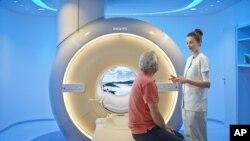 Bệnh nhân được chuẩn bị trước khi đưa vào máy chụp MRI