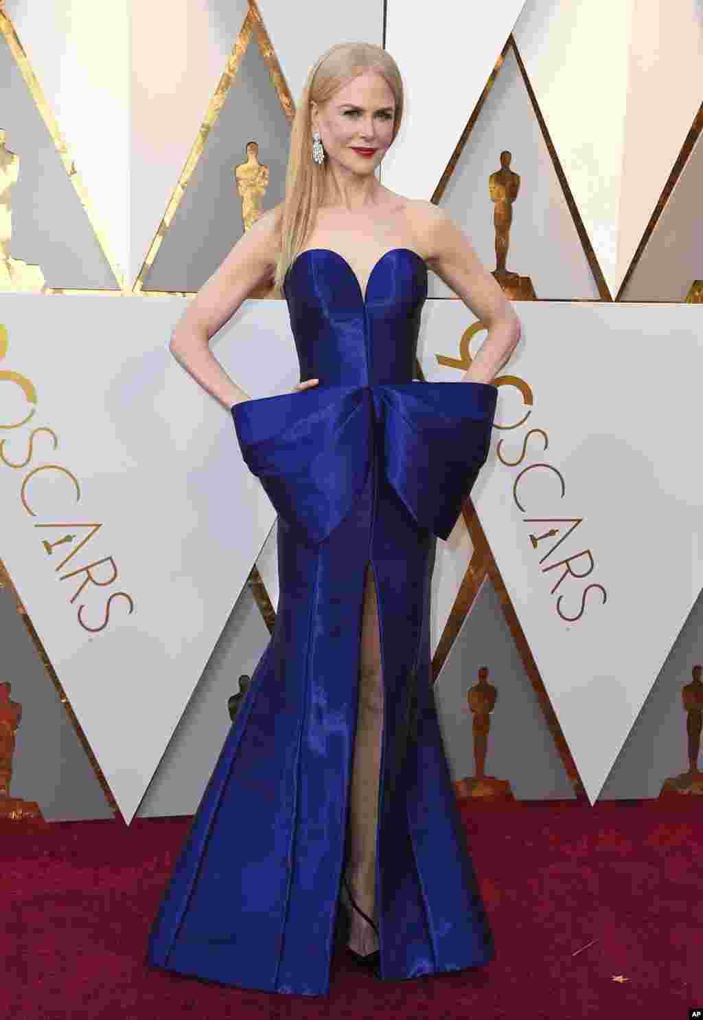 فرش قرمز اسکار ۹۰ - نیکول کیدمن، بازیگر برنده اسکار در فیلم ساعت ها در سال ۲۰۰۲. با اینکه امسال پر کار بود اما نامزد نهایی نشد.