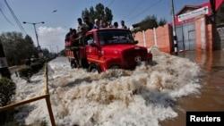 Tentara India mengevakuasi korban banjir di Srinagar, Kashmir-India (10/9).