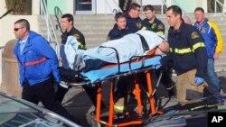 Học sinh bị thương trong vụ nổ súng tại trường Trung học San Joaquin Valley ở thành phố Taft, bang California, được đưa đến bệnh viện