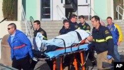 美國加利福尼亞州一所高中學校槍擊案救援人員將傷者送離現場