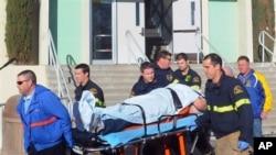 Le blessé grave, en train d'être évacué jeudi après une nouvelle tuerie dans une école de Californie