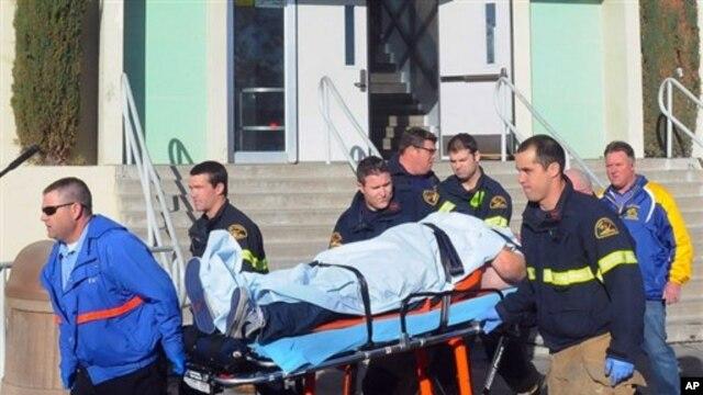 Paramedik membawa murid yang terluka dalam penembakan di sekolah menengah di Taft, California (Taft Midway Driller/Doug Keeler)
