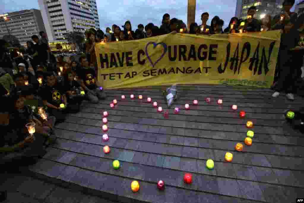 Антиядерный баннер активистов «Гринпис» на демонстрации в память людей погибших в результате землетрясения и цунами в Японии, в Джакарте, Индонезия, 29 марта 2011г.