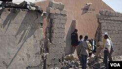 Warga Nigeria memeriksa tembok sebuah gereja yang rusak akibat ledakan di Maiduguri, Nigeria utara (23/12).