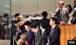 香港前立法會議員梁國雄在公眾席抗議被保安人員驅逐。(美國之音湯惠芸)