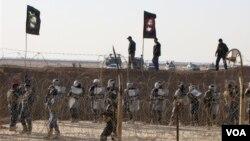 Polisi Irak berjaga di Kamp Ashraf, di Baghdad dimana 3.400 pengungsinya akan di relokasi sementara ke kamp Liberty, bekas lokasi militer AS di kota itu (Foto: dok).