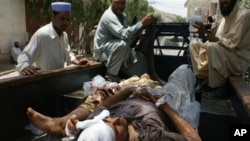 자동차 폭탄 공격으로 피해를입고 병원으로 긴급호송되는 부상자들