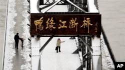 북한의 3차 핵실험 다음날인 지난 달 13일, 중국 단둥의 북-중 접경 지역을 방문한 중국인 관광객들. (자료사진)