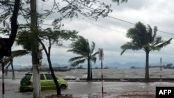 Đường phố bị ngập nước sau khi bão Haiyan đổ bộ vào thành phố Hạ Long, tỉnh Quảng Ninh, ngày 11/11/2013.
