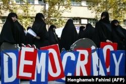Perempuan Iran yang konservatif berdemonstrasi menentang undang-undang Prancis yang melarang pemakaian jilbab di sekolah umum, di luar Kedutaan Besar Perancis di Teheran 7 September 2004. (Foto: AFP/Henghameh Fahimi)