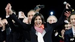 İspanyol asıllı Anne Hidalgo Paris'in ilk kadın belediye başkanı oldu