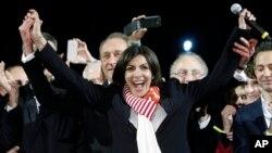 Anne Hidalgo,sorri ao ser anunciado que ganhara no domingo a Camara de Paris
