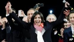 Wakil Walikota Paris dari Partai Sosialis Perancis, Anne Hidalgo, saat pengumuman kemenangannya sebagai walikota Paris (30/3). (AP/Thibault Camus)