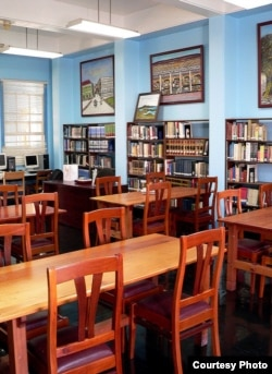 You don't see e-books on the shelves of this modern public library, but it's a good bet you'll find some elsewhere in that branch. (viasta2, Flickr Creative Commons)
