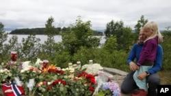 غم سے نڈھال نارویجیئن شہریوں کی جانب سے ہلاک ہونے والوں کی یاد میں پھول رکھنے اور موم بتیاں روشن کرنے کا سلسلہ بھی جاری ہے