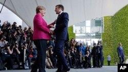 Nemačka kancelarka Angela Merel i novi francuski predsednik Emanuel Makron tokom susreta u Berlinu, 15. maj 2017.