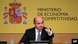 Spain's Economy Minister Luis de Guindos gestures during a news conference at the Ministry of Economy and Competitiveness in Madrid, Spain, June 9, 2012.