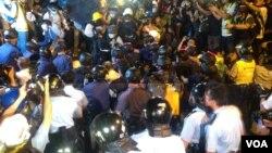 數千香港學生市民在金鐘聚會與警方對峙 (美國之音海彥 拍攝)