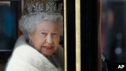 Nữ hoàng Anh Elizabeth trên đường đến Quốc hội, ngày 27/5/2015.