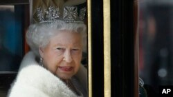 Ratu Elizabeth II dari Inggris di dalam kereta kencana dari Istana Buckingham ke Gedung Parlemen (27/5).