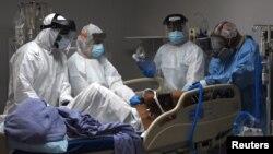 Pekerja medis bersiap untuk mengintubasi pasien Covid-19 di unit perawatan intensif United Memorial Medical Center di Houston, Texas, AS, 29 Juni 2020. (REUTERS / Callaghan O'Hare)