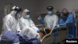 美國德州休斯敦市醫護人員2020年6月29日在一個急診室搶救一名新冠病毒患者(路透社)