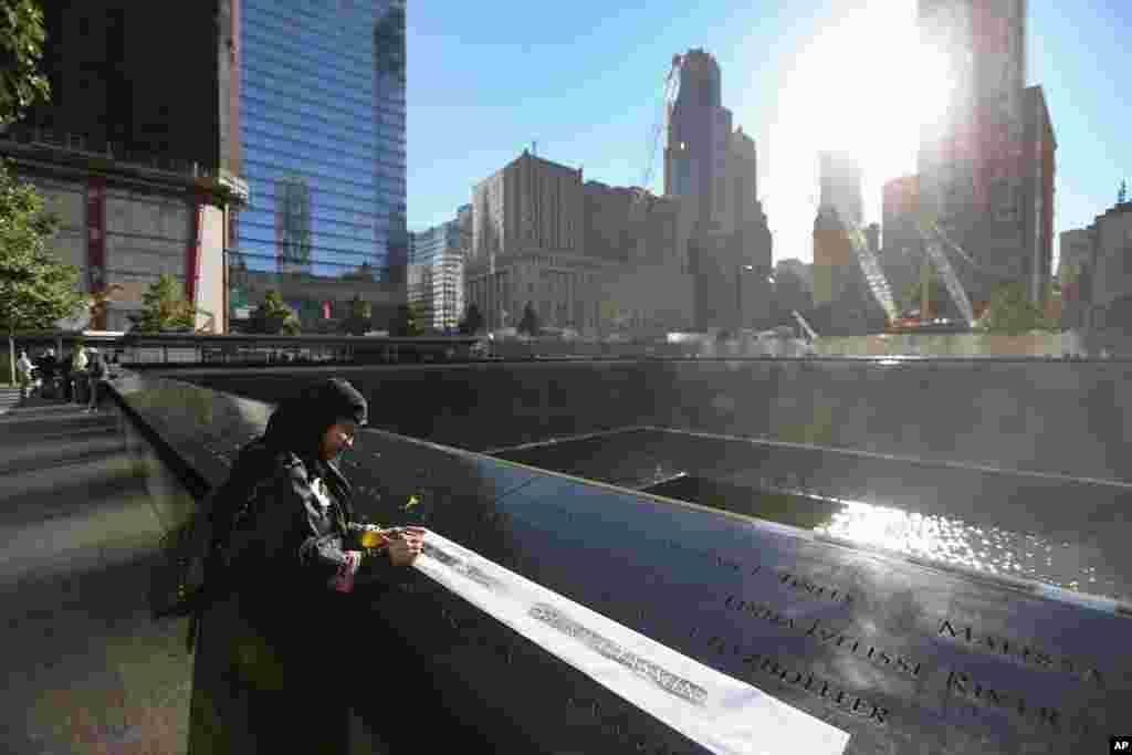 Dos grandes fuentes de agua que cae en forma de cascada, una por cada torre, forman parte del memorial del 9/11 en Manhattan, Nueva York. Allí también se recuerda a las seis víctimas del ataque de bomba de 1993 a las Torres Gemelas.