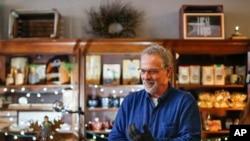 Ảnh từ liệu - John Winnenberg, một chủ cửa hàng đồ lưu niệm phục vụ du khách tại Ohio.