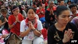 Người biểu tình Áo đỏ cầu nguyện trong Ngày Lễ Đăng Quang, đánh dấu 60 năm ngày lên ngôi của Quốc vương Bhumibol Adulyadej, tại trung tâm tài chính của Bangkok, ngày 5 tháng Năm, 2010
