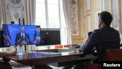 French President Macron listens to U.S. President Joe Biden during a Climate Summit video conference, at the Elysee Palace in Paris, France, 22 April 2021. (Ian Langsdon/Pool via REUTERS)