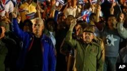 Raúl Castro, derecha, sucedió a su hermano Fidel en 2008. Ahora, el vicepresidente Miguel Díaz-Canero, izq.) liderará la isla.