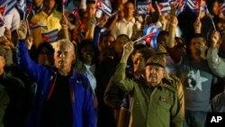 Ông Raul Castro (phải) và Phó Chủ tịch thứ Nhất Miguel Diaz-Canel (trái).