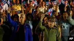 Le président cubain Raul Castro et le premier vice-président Miguel Diaz-Canel brandissent des drapeaux pour célébrer le 165e anniversaire de la naissance du héros de l'indépendance cubaine José Marti et rendre hommage au leader révolutionnaire Fidel Castro à La Havane, Cuba, le 27 janvier 2018.