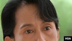 Aung San Suu Kyi menuntut pemerintah Birma karena membubarkan partainya menjelang pemilu November mendatang.