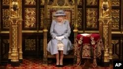 Ratu Elizabeth II memberikan pidato pada Pembukaan Parlemen di London, Selasa (11/5).