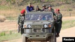 El presidente en disputa de Venezuela, Nicolás Maduro, conduce un vehículo militar durante una visita a una base del ejército en El Pao, el 4 de mayo de 2019.