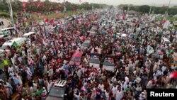 Pendukung mantan Perdana Menteri Nawaz Sharif berkerumun di sekitar mobil yang membawanya memasuki Rawalpindi, Pakistan, 9 Agustus 2017.