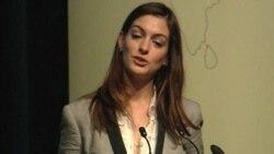 ان هاتاوی، بازیگر در حال سخنرانی در بنیاد نایک - بانک جهانی