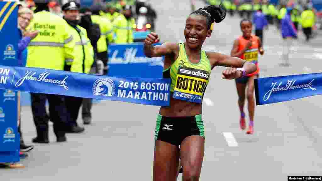 Caroline Rotich wa Kenya akikata utepu kushinda mbio za Boston Marathon April 20 2015