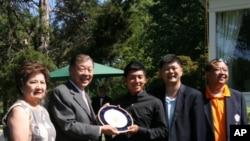 台湾驻美代表赠送纪念盘给潘振琮