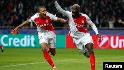 L'AS Monaco Tiemoue Bakayoko fête le 3e but avec Kylian Mbappé, lors du match contre Manchester City, le 15 mars 2017.